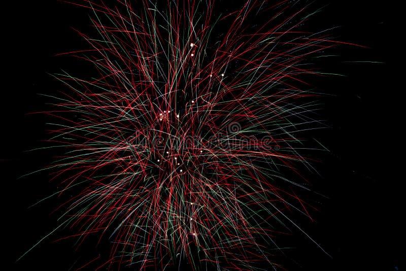 Feux d'artifice pyrotechniques rouges et verts pendant la nuit photo libre de droits