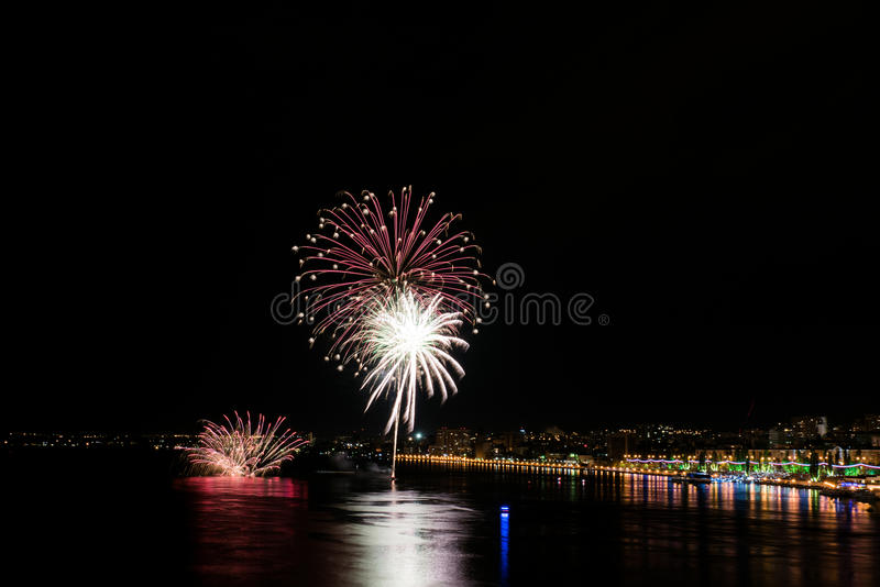 Feux d'artifice rouges et blancs image stock