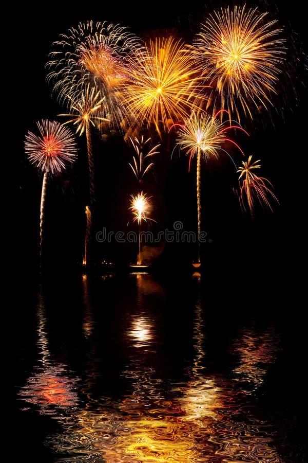 Feux d'artifice sur le ciel de nuit avec des réflexions de lac images libres de droits