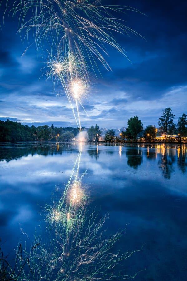 Feux d'artifice sur le lac images stock