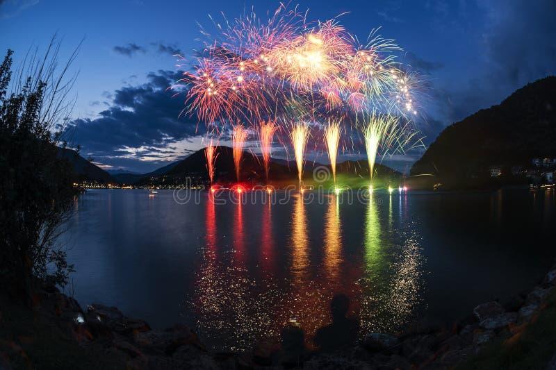 Feux d'artifice sur le lac lugano photos stock