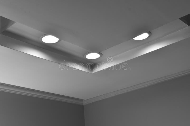 Feux de plafond de bureau en arrière-plan gris photo libre de droits
