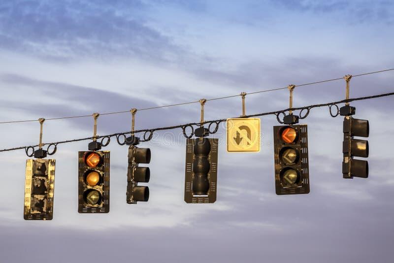 Feux de signalisation accrochant au-dessus de la rue photographie stock