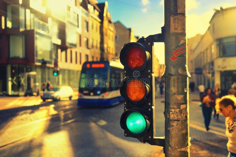 Feux de signalisation aux carrefours à la lumière du soleil image libre de droits