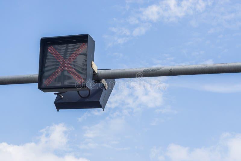 Feux de signalisation contre un ciel bleu vibrant image libre de droits