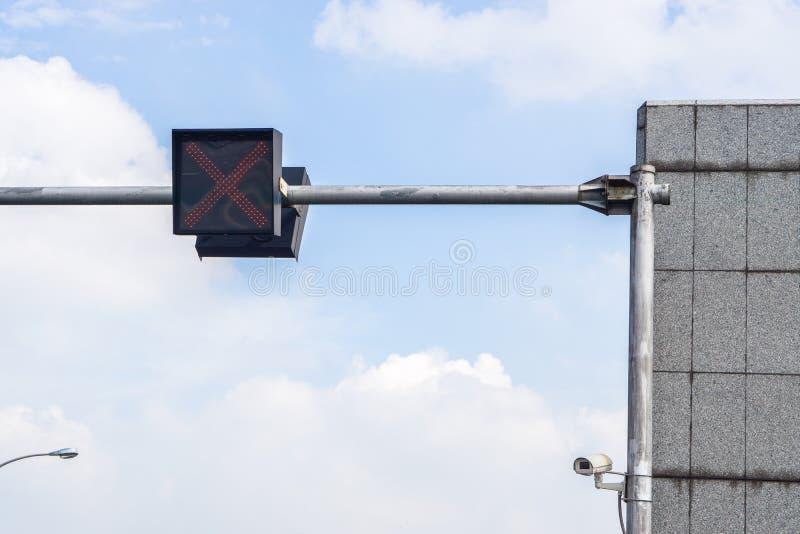 Feux de signalisation contre un ciel bleu vibrant photos stock