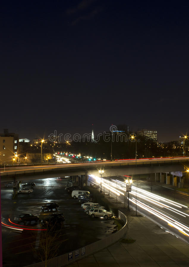 Feux de signalisation occupés de nuit de Portland Orégon photographie stock libre de droits