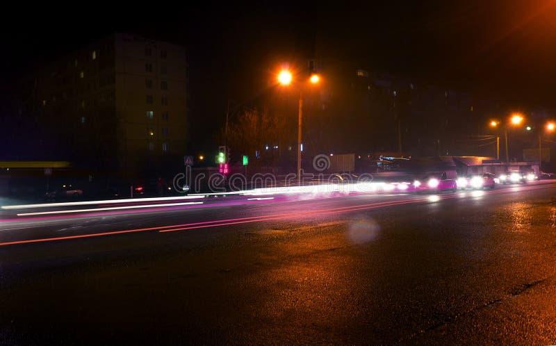 Feux de signalisation occupés l'heure de pointe la nuit photos libres de droits