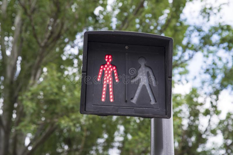 Feux de signalisation rouges dans une ville pour des piétons photo libre de droits
