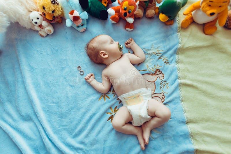 Fev miesięcy dziecka stary uroczy portret obraz royalty free