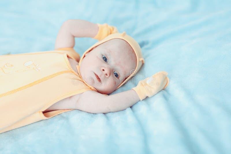 Fev miesięcy dziecka stary uroczy portret obrazy royalty free