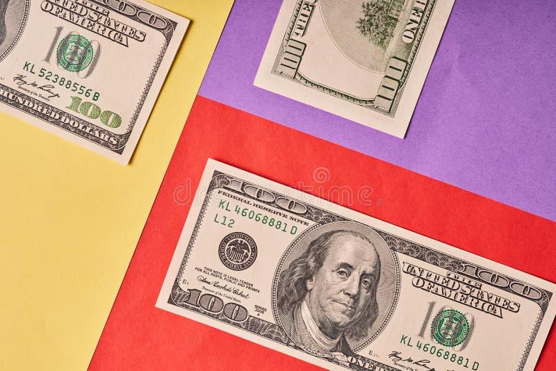 Few Amerykańscy dolary na barwionym papierowym tle zdjęcie stock