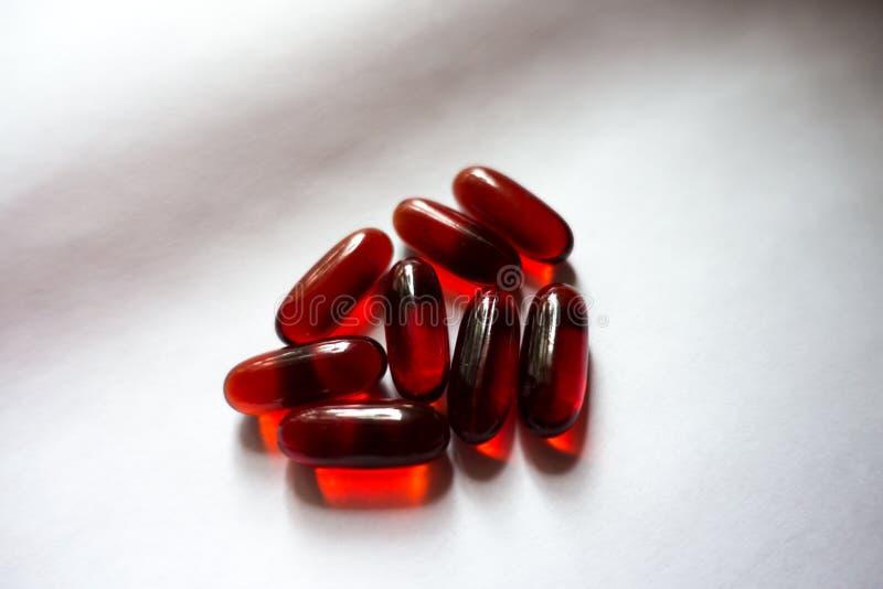 Few czerwone kapsuły krill olej fotografia royalty free