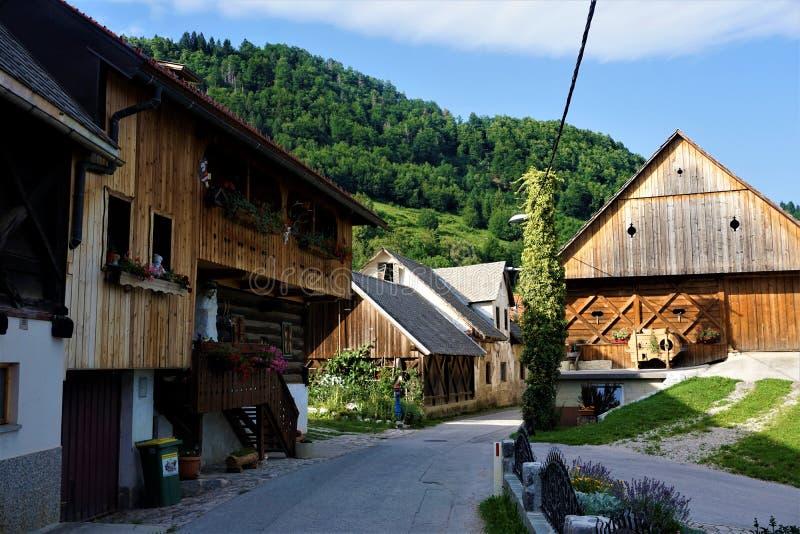 Few drewniani domy w Zasip blisko Krwawiącym zdjęcie stock