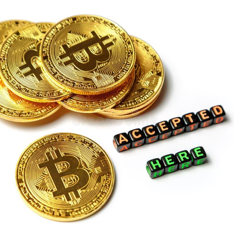 Few złote monety z znakiem bitcoin i wpisowy ` akceptowali tutaj ` na białym tle obraz stock