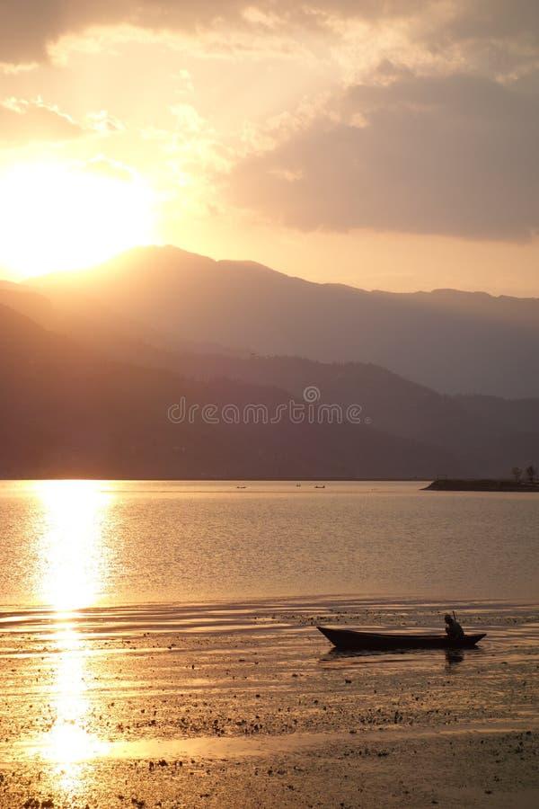 Fewa sjö på solnedgången royaltyfri bild