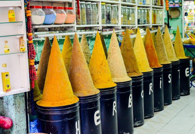 Fez Maroc 31 MAI 2012 : Épices et herbes à vendre dans la vieille boutique la Médina intérieure de Fez photos stock