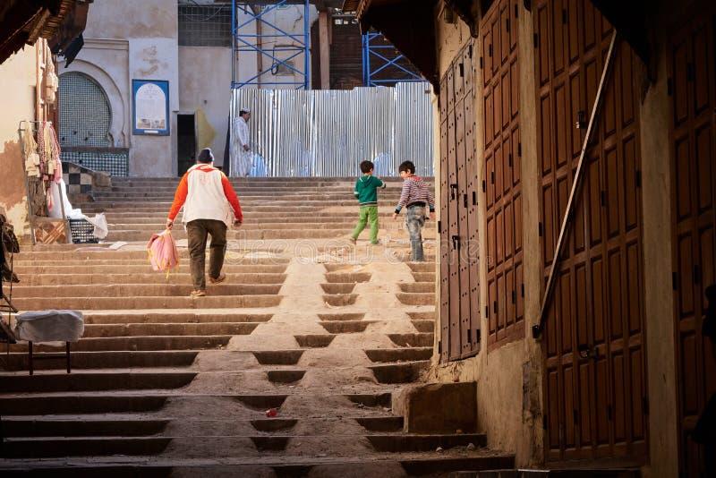 Fez Maroko, Grudzień, - 07, 2018: dzieci bawić się na schodkach w Medina fez obrazy royalty free