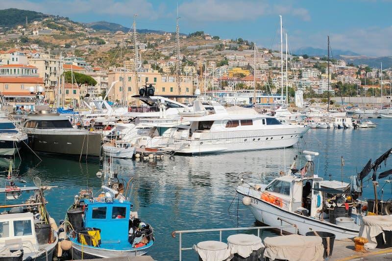 Ffishingsboten en jachten in het Italiaans baai royalty-vrije stock afbeeldingen