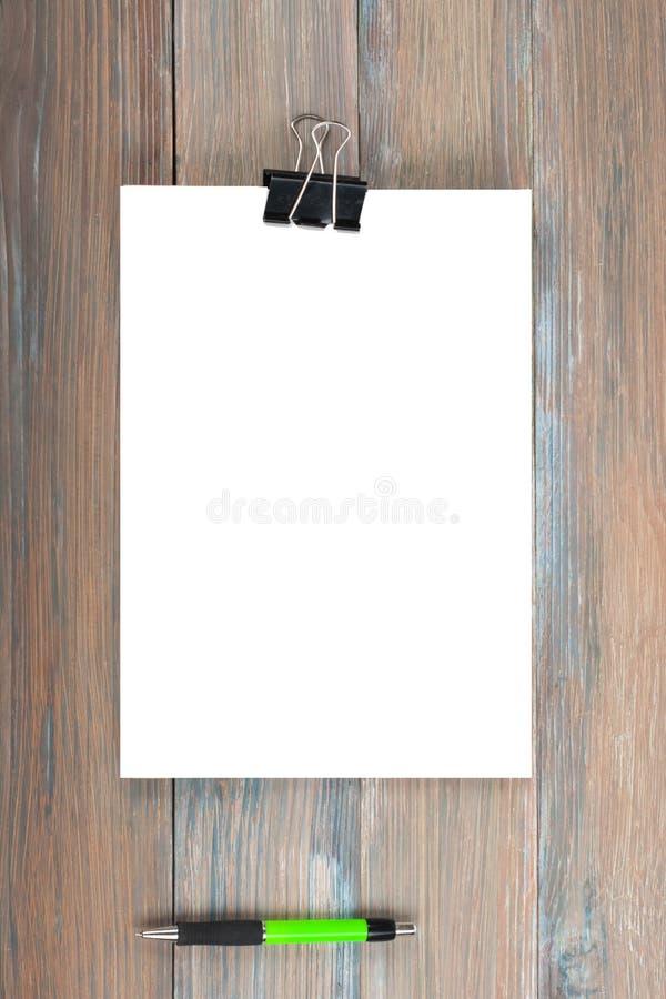 ?ffnen Sie altes Buch, Stift auf Holztisch, Hintergrund lizenzfreies stockfoto