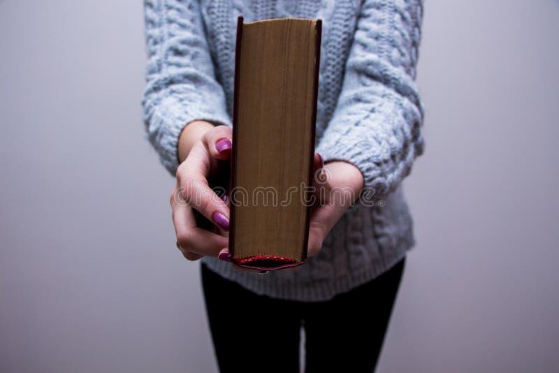 ?ffnen Sie Buch auf der Tabelle lizenzfreies stockbild