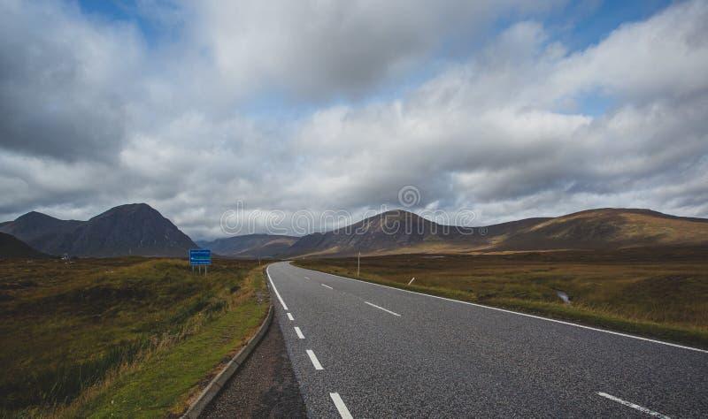 ?ffnen Sie Stra?e in Glencoe, Schottland Schottische Hochl?nder stockbilder