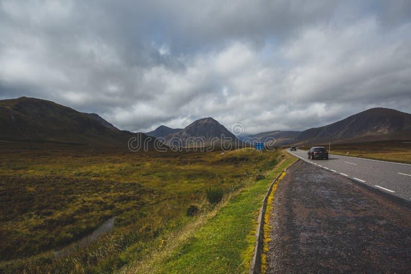 ?ffnen Sie Stra?e in Glencoe, Schottland Schottische Hochl?nder stockfoto