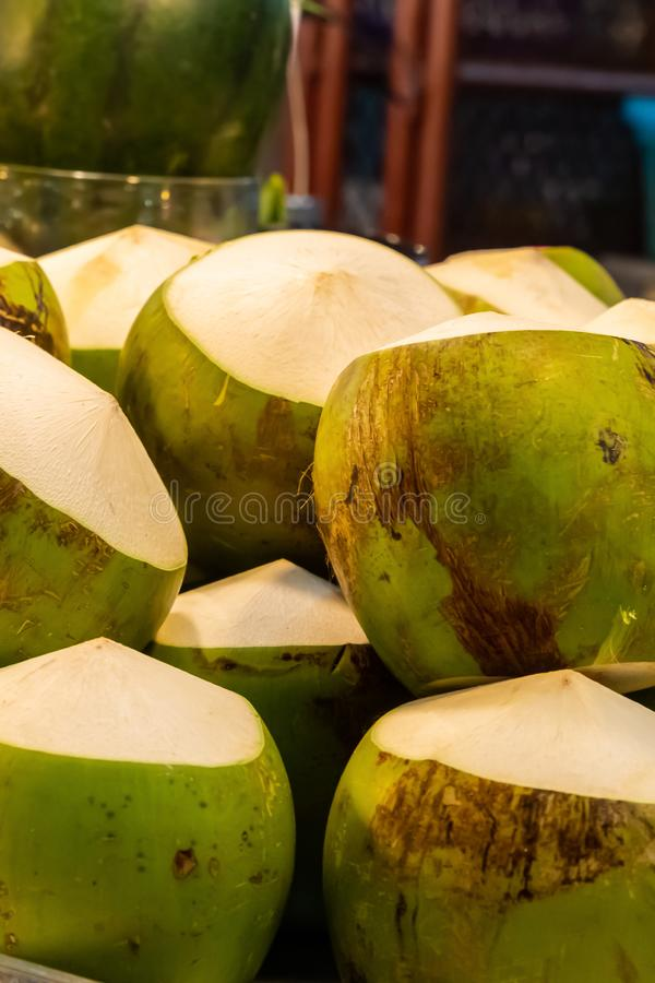 Ffrischgeschälte grüne Kokosnuss liegt in einem dicht aufwärts verlaufenden, senkrecht aufragenden Muster stockfoto