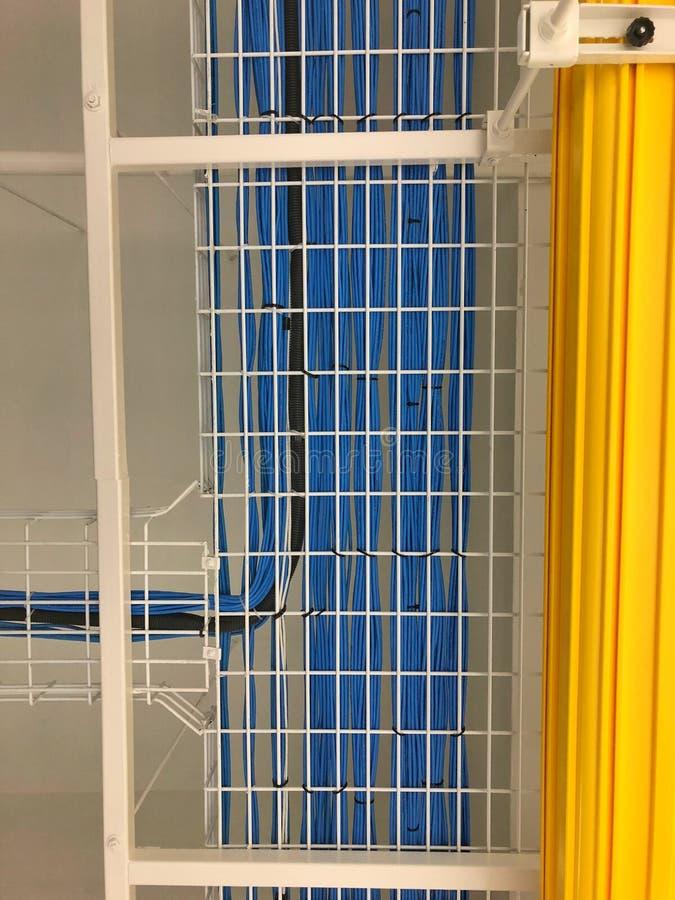 Fiação de LAN Cable na cremalheira de cabo imagens de stock