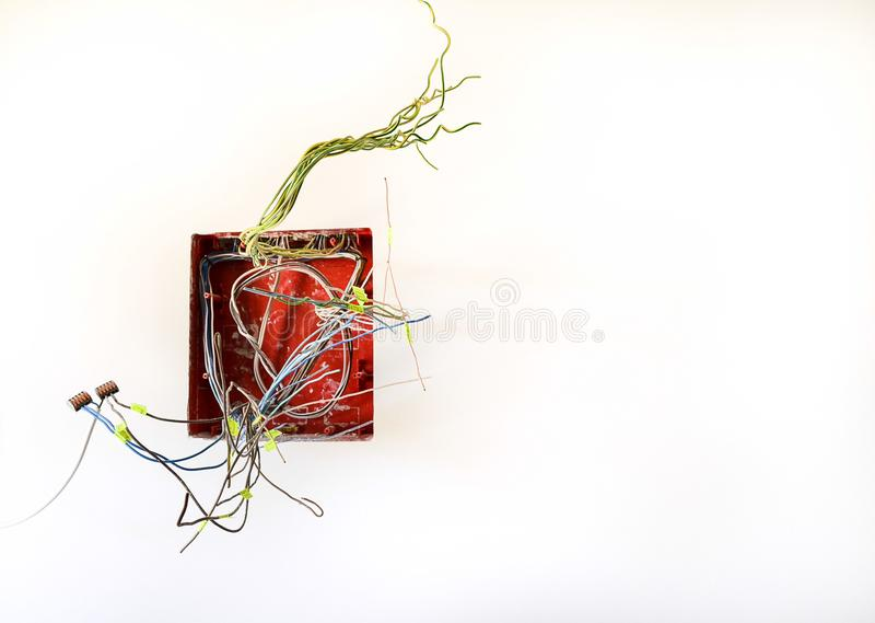 Fiação elétrica para receptáculos e interruptores de iluminação na construção nova caixa elétrica com fios quando casa dentro imagem de stock