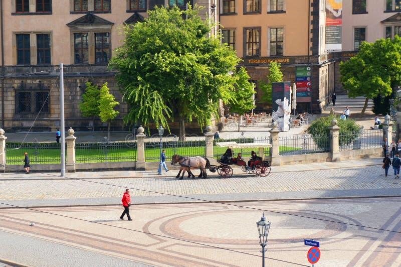Fiacre à la rue de Sophien à Dresde photographie stock