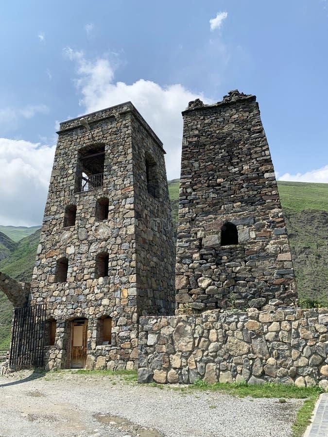 Fiagdon, Rússia, Ossetia norte Khidikus Torres no monastério masculino do dormition de Alan fotos de stock