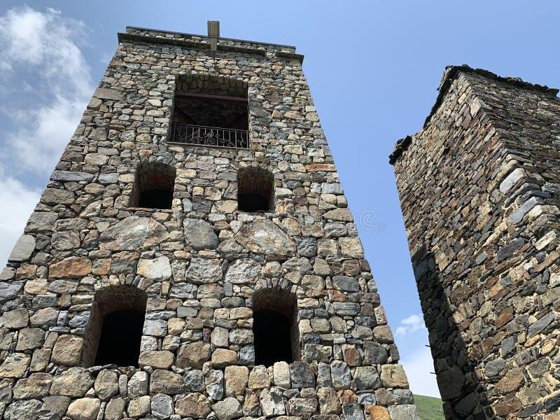 Fiagdon, Rússia, Ossetia norte Khidikus Torres no monastério masculino do dormition de Alan imagens de stock royalty free