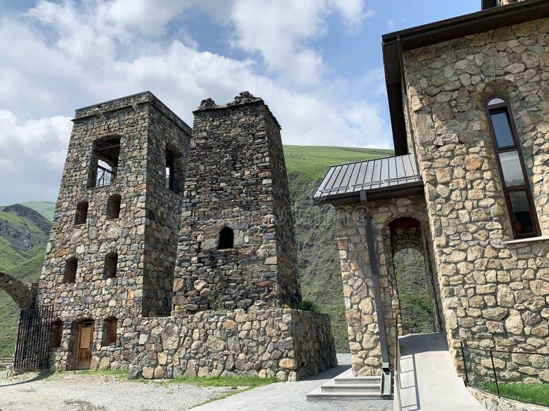 Fiagdon, Rússia, Ossetia norte Khidikus Torres no monastério masculino do dormition de Alan foto de stock
