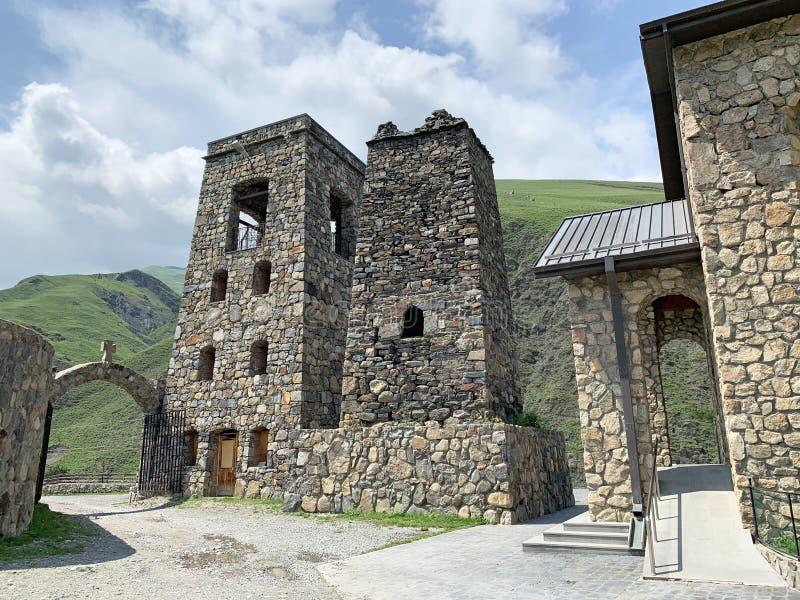Fiagdon, Rússia, Ossetia norte Khidikus Torres no monastério masculino do dormition de Alan fotos de stock royalty free