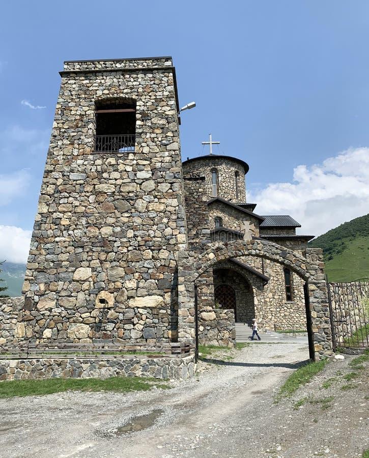 Fiagdon, Rússia, Ossetia norte Templo ortodoxo cristão osseto no monastério do dormition de Fiagdon Alan, catedral do ibérico fotografia de stock royalty free