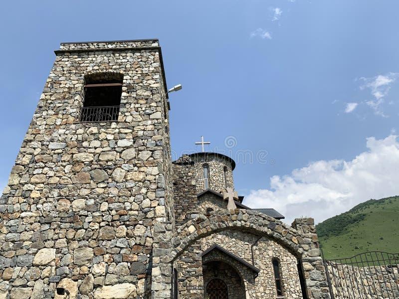 Fiagdon, Rússia, Ossetia norte Templo ortodoxo cristão osseto no monastério do dormition de Fiagdon Alan, catedral do ibérico foto de stock royalty free