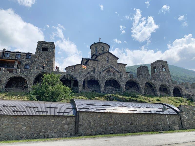 Fiagdon, Rússia, Ossetia norte Templo ortodoxo cristão osseto no monastério do dormition de Fiagdon Alan, catedral do ibérico imagens de stock
