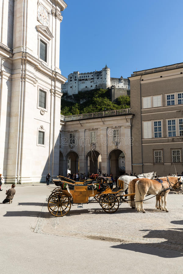 Fiaker bij Kathedraalvierkant in Salzburg, stock afbeelding