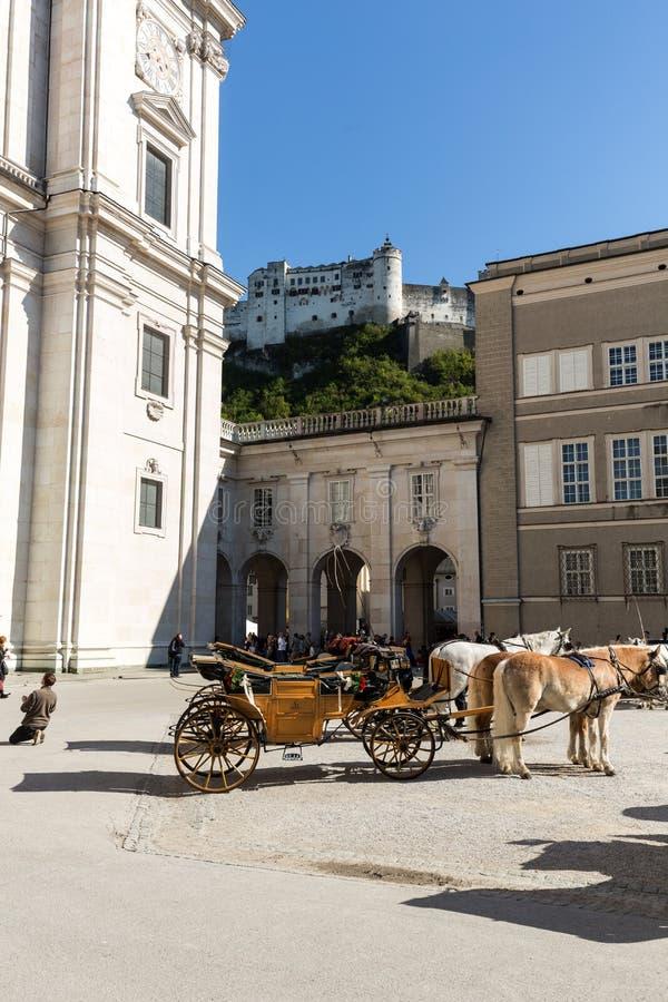 Fiaker am Kathedralen-Quadrat in Salzburg, stockbild