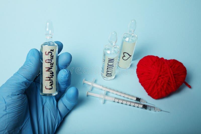 Fiale con ossitocina, ormone di amore Biochimica nel corpo fotografia stock libera da diritti