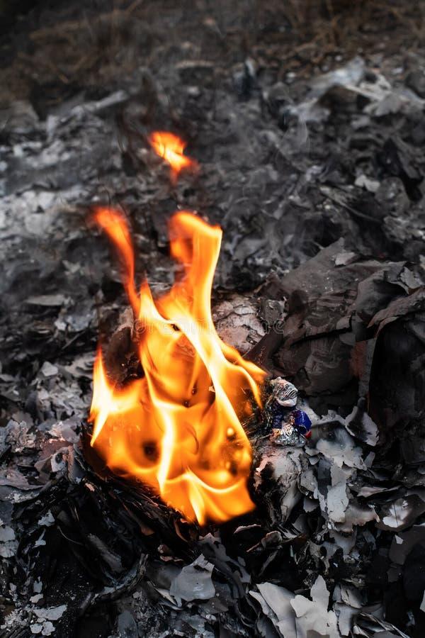 Fiamma da incenerimento dei rifiuti fotografia stock