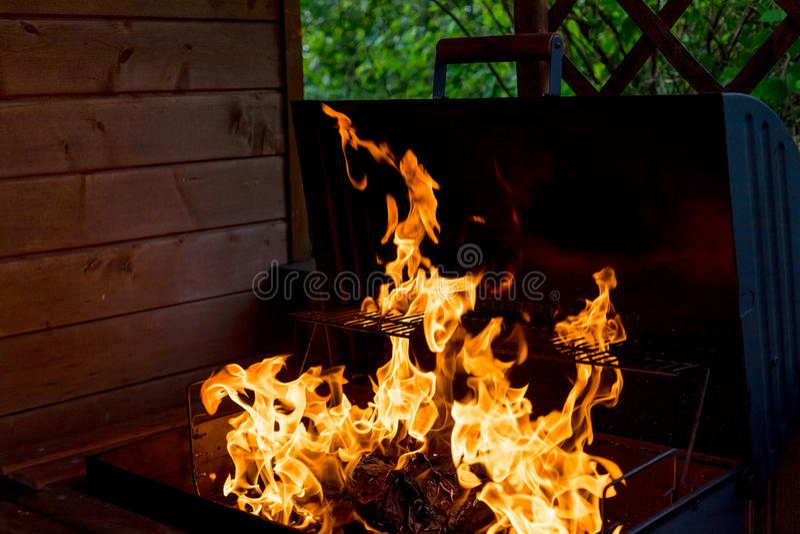 Fiamma del fuoco isolata su fondo isolato nero - bella struttura gialla, arancio e rossa e rossa della fiamma del fuoco della fia fotografia stock