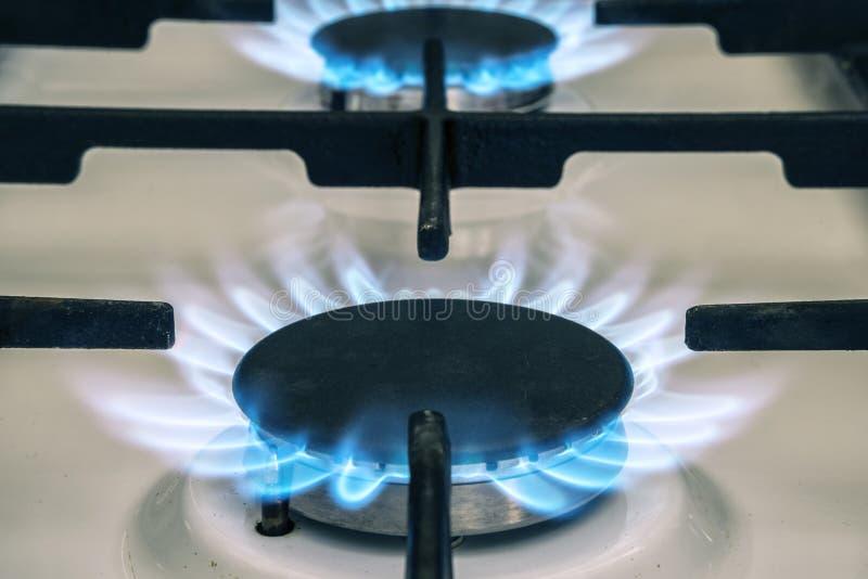 Fiamma della stufa di gas sulla cucina Fiamma blu del fuoco dalla stufa immagine stock libera da diritti