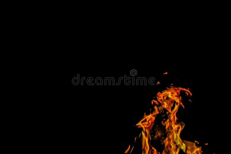 Fiamma di un fuoco di accampamento infuriantesi immagini stock