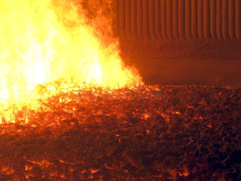 Fiamma e scorie calde sulla caldaia a carbone della griglia con un mechani fotografia stock