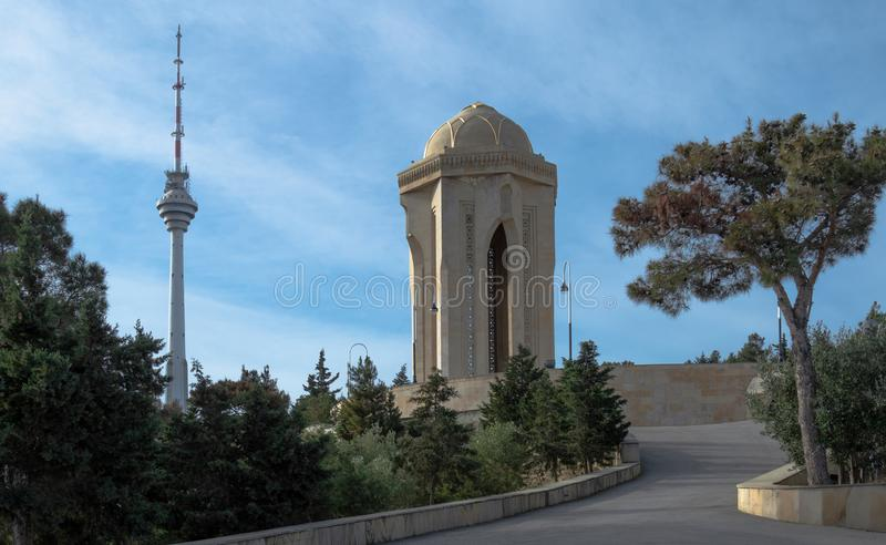Fiamma eterna nel vicolo dei martiri, vista sulla torre della TV, pino eldar immagine stock libera da diritti