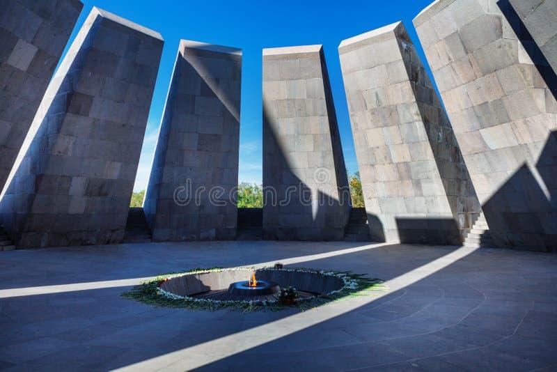 Fiamma eterna in Tsitsernakaberd - dedicato commemorativo alle vittime del genocidio armeno Yerevan, Armenia La fiamma eterna immagine stock libera da diritti