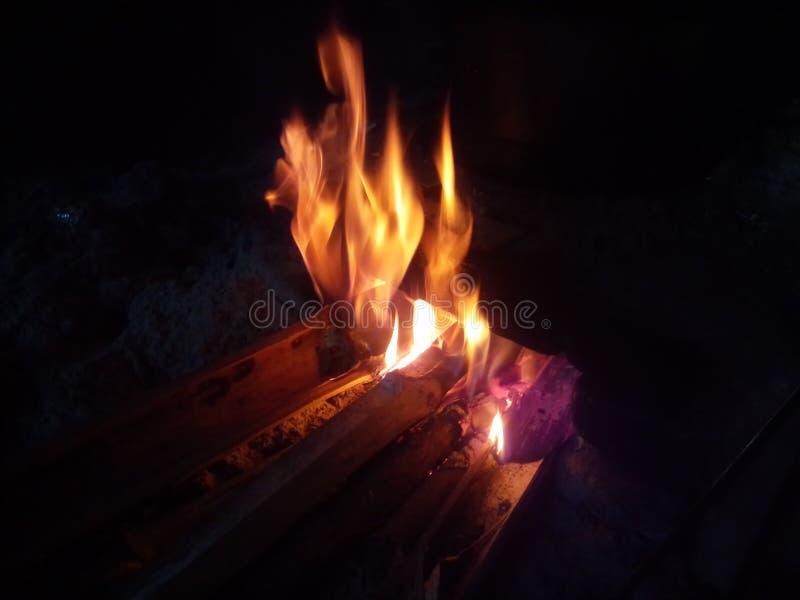 Fiamma su fuoco fotografia stock libera da diritti