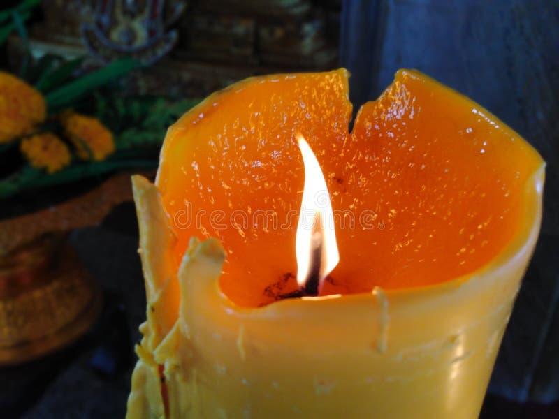 Fiamma in una grande candela, bello, usata per bruciare incenso immagini stock
